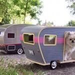 Réplica de trailer em miniatura serve como casinha de cachorro