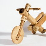 Velocípede para crianças montado com gomos de bambu gigante
