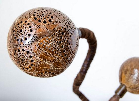 Luminária com casca de coco seco