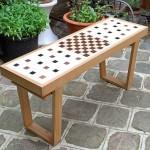 Jogo de xadrez com as peças embutidas em um banquinho