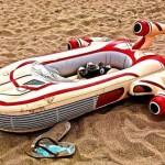Tire onda na praia com boia imitando nave do filme Star Wars