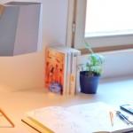 Como montar uma luminária de papelão com tripé de madeira