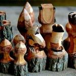 Jogo de xadrez rústico com tocos esculpidos de galhos de árvores