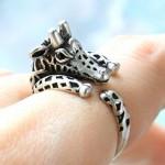 Girafa e elefante se agarram ao dedo através de anéis de prata
