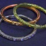 Anéis e alianças de ouro colorido com design corrosivo