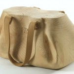 Parece bolsa feminina de couro mas é um banco de madeira
