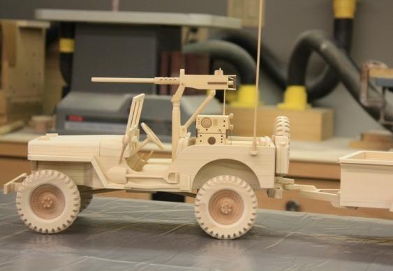 Jeep de guerra com metralhadora