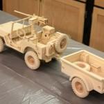Miniatura de jipe militar em réplica perfeita de madeira