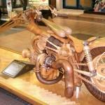 Incrível réplica em madeira de moto Harley-Davidson chopper
