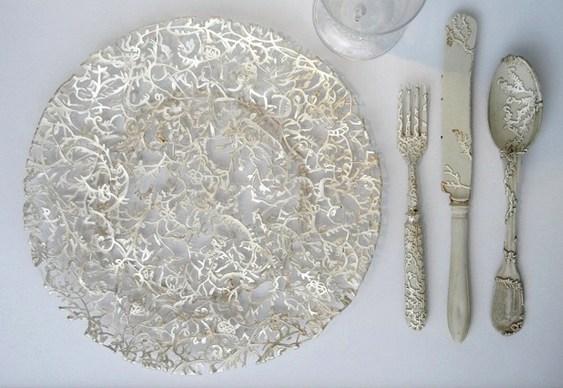 Pratos e talheres com filigranas de metal