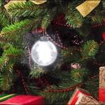 Bolas iluminadas substituem fios com lâmpadas pisca de Natal