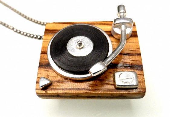 Joias e bijuterias de prata com madeira