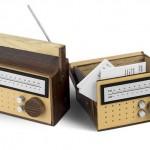Porta-cartões de visita com a forma de rádio transistor AM/FM
