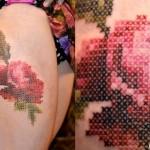 Tatuagem de rosa vermelha como um bordado em ponto cruz