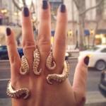 Anel com tentáculos de polvo envolve todos os dedos da mão