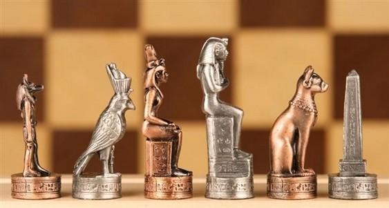 Divindades do Egito em jogo de xadrez