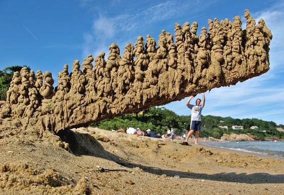 Exército fantasma na praia