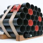 Garrafeiro para vinho com tubos de PVC e base de madeira