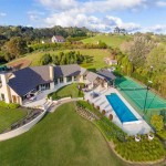 Casa com piscina e quadra de tênis