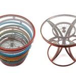 Rodas de bicicletas recicladas como mesas, cadeiras e biombos