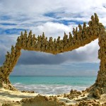 Portais mágicos e castelos de areia desafiam gravidade na praia