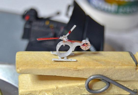 Helicóptero pousado num pregador de roupas