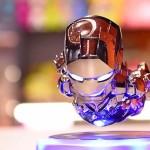 Boneco do Homem de Ferro flutua no ar sobre base magnética