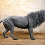 Telas de galinheiro armam esculturas de grandes gatos selvagens