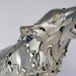 Calotas de plastimóvel recicladas como uma escultura de lobo