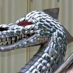 Escultura de dragão com escamas de colheres recicladas
