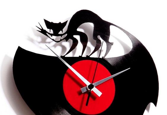 Gato em relógio de parede