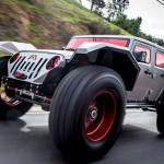 Um Jeep Wrangler infernal com vidros e parabrisas vermelhos