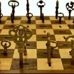 Um jogo de xadrez com chaves antigas usadas como peças