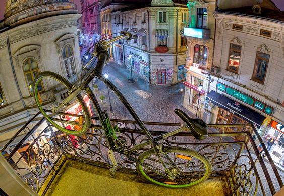 Bicicleta retrô em sacada de bar