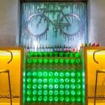Decoração de bar temático com sucata de bicicleta reciclada