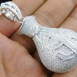 Medalhão para cordão masculino imita saco cheio de dinheiro