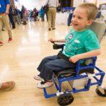 Cadeira de rodas elétrica bem barata feita com tubos de PVC