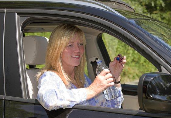 Motorista hidratada para dirigir