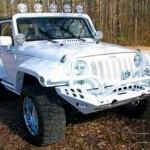 A cor branca dá volume às ferragens e carroceria do Jeep