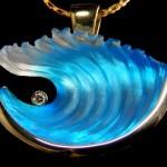 Pingentes e brincos com ondas azuis de vidro jateado