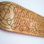 Letreiro em prancha de madeira reproduz manobras do skate