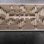 Mesa de jantar ou escritório com jogo magnético de labirinto