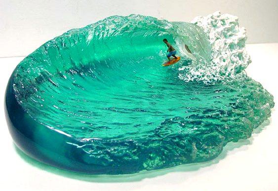 Escultura com surfista