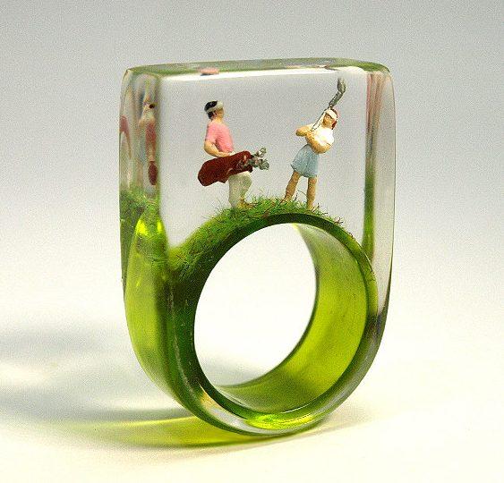 Joias com miniaturas de pessoas