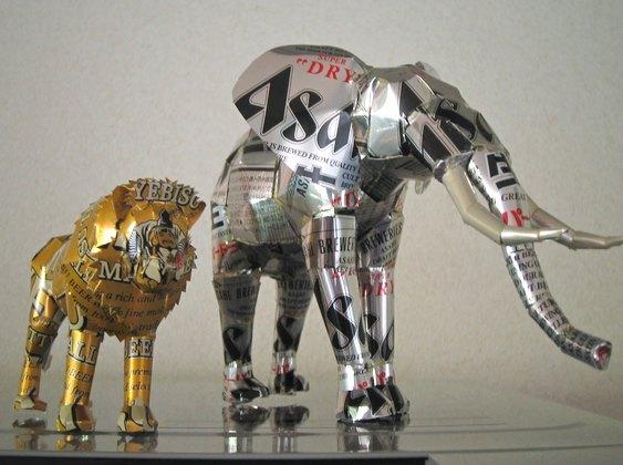 Leão e elefante de alumínio