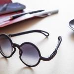 Óculos com armação maleável inspirada em fio de luz torcido