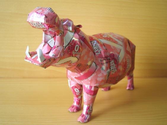 Hipopótamo com lata de alumínio