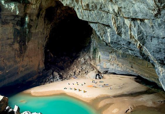 Praia dentro de caverna
