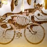 Logomarca de bar temático para ciclistas entalhada na parede