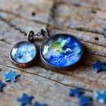 Bijuterias com imagens da Terra e Lua, sistema solar e galáxias